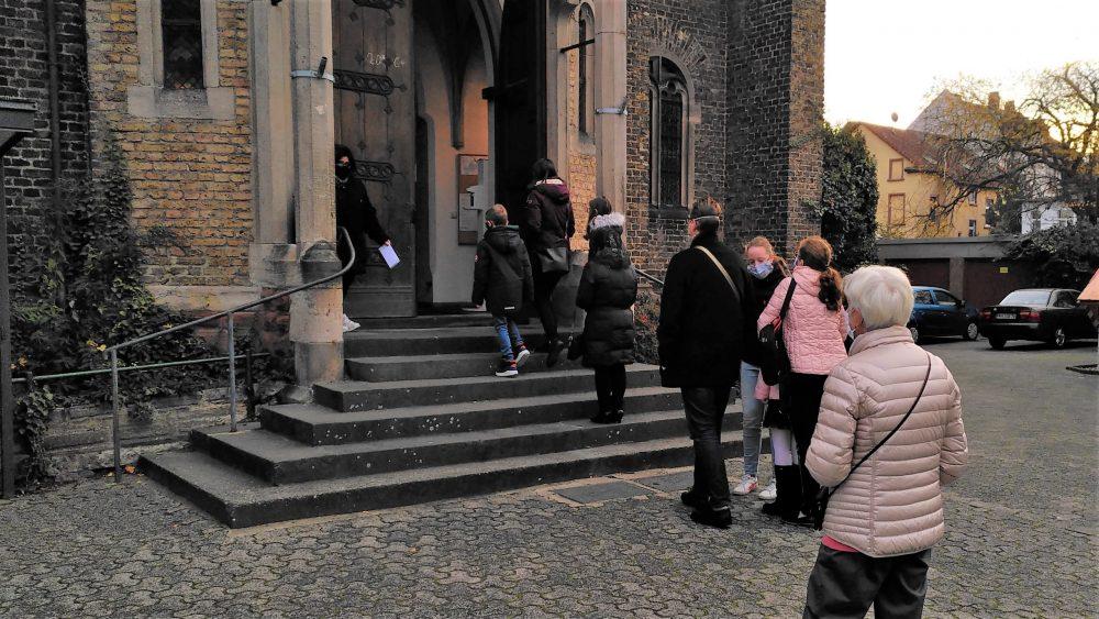 Schlangestehen vor der Kirche
