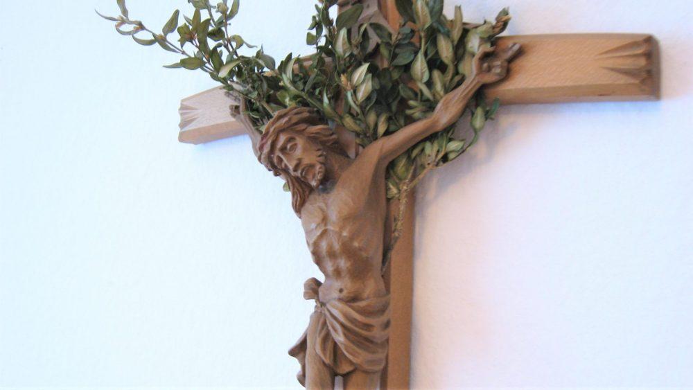 Kruzifix mit frischen Zweige